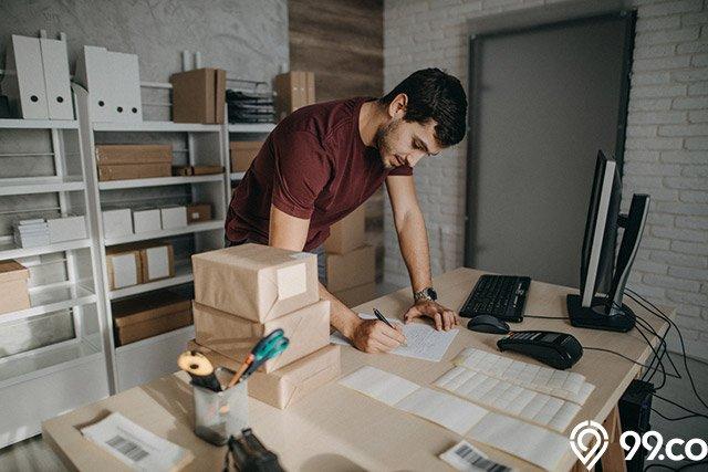 pria melakukan bisnis online